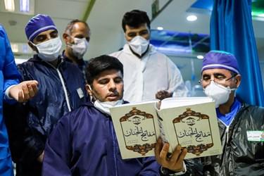 قرائت دعای جوشن کبیر توسط تعدادی از کادر درمان  بخش آی سیو بیمارستان بقیهالله در شب قدر.