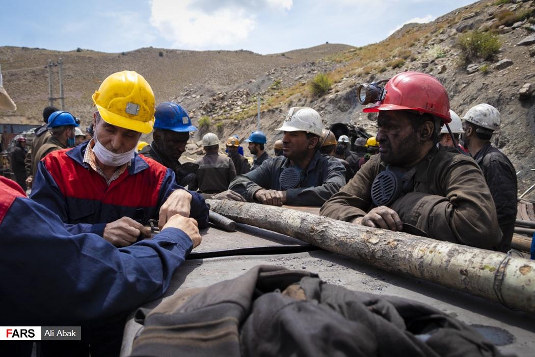متخصصان معدن بر روی شیوههای دسترسی به معدنچیان محبوس شده  گفتوگو میکنند تا ایمنترین راه انتخاب شود