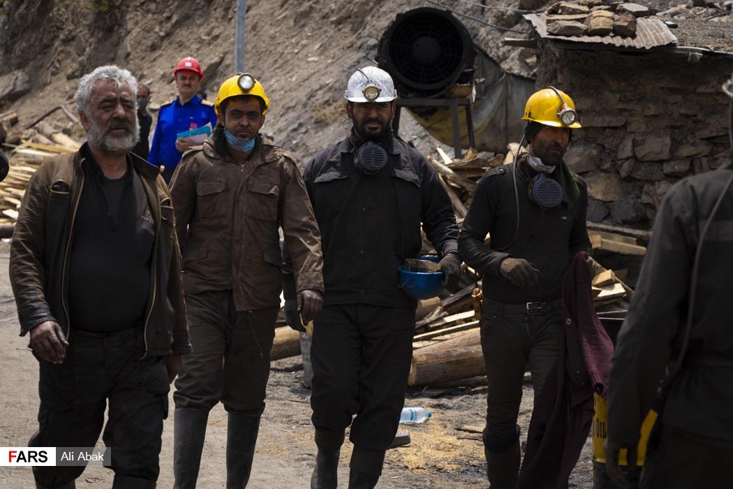 معدنچیان شرکت کننده در عملیات نجات دو  معدنچی محبوس شده در   تونل شماره 42 معدن زغال سنگ طزره دامغان