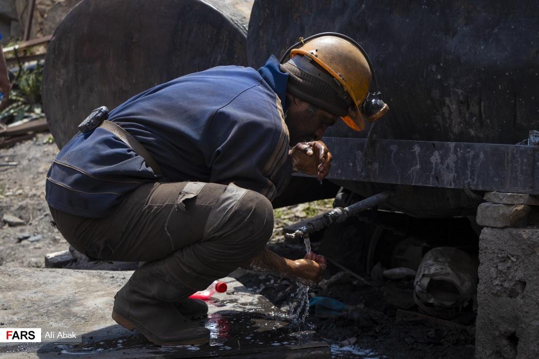 معدنچیان پس از ساعتها تلاش کمی هم استراحت میکردند و گروههای جایگزین کار را ادامه می دادند.