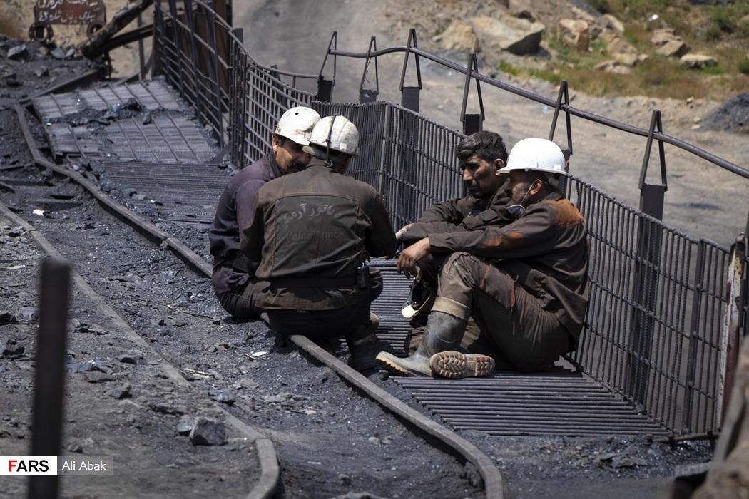معدنچیان پس از ساعتها تلاش  استراحت میکنند و گروههای جایگزین کار را ادامه می دهند.