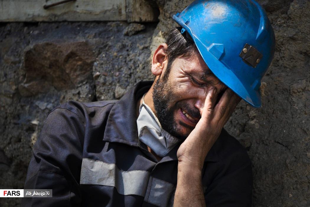 یکی معدنچیان پس از جستوجوی بیحاصل با شنیدن خبر احتمال فوت همکارانش از شدت ناراحتی گریه میکند.