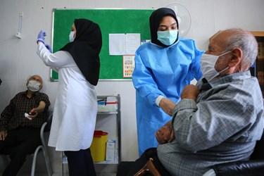 واکسیناسیون سالمندان روستایی در قم