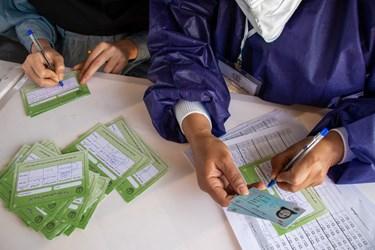 ثبت مشخصات سالمند جهت تزریق دوز اول واکسن کرونا چینی سینوفارم / نمایشگاه بین المللی گلستان شیراز