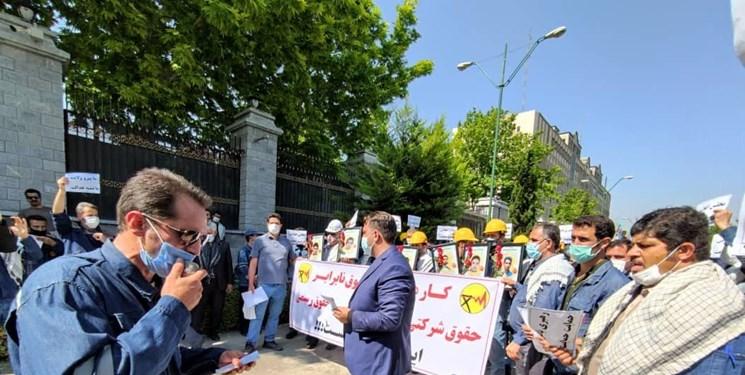 تجمع کارکنان شرکت توزیع برق مقابل مجلس / مطالبه لغو آزمون استخدامی و همسازان سازی حقوق