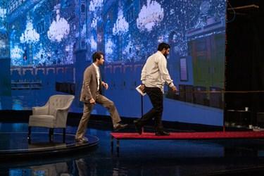 خروج نجم الدین شریعتی و جواد تاجیک از استودیو توسط پل تعبیه شده در پشت صحنهی «ماه من»