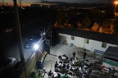 در پایان مراسم،  افطار و شام که توسط خیریه مهر و ماهی تدارک دیده شده، میان مددجویان توزیع می گردد.