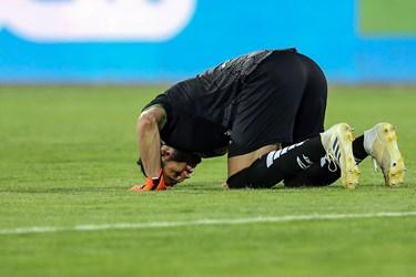 سجده شکر شهاب گردان دروازه بان تیم فوتبال ذوب آهن اصفهان پس از پایان بازی و برد مقابل استقلال
