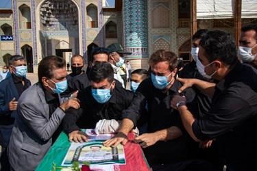 وداع خانواده شهید مدافع امنیت «صادق کریمی» در مراسم تشییع / حرم مطهر حضرت شاهچراغ (ع) شیراز