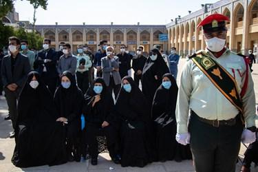 حضور خانواده شهید مدافع امنیت «صادق کریمی» در مراسم تشییع / حرم مطهر حضرت شاهچراغ (ع) شیراز