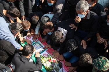 وداع خانواده و همکاران شهید مدافع امنیت «صادق کریمی» در مراسم تشییع / حرم مطهر حضرت شاهچراغ (ع) شیراز