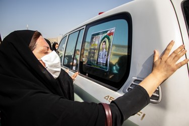 عزاداری خانواده شهید مدافع امنیت «صادق کریمی» در مراسم تشییع / حرم مطهر حضرت شاهچراغ (ع) شیراز