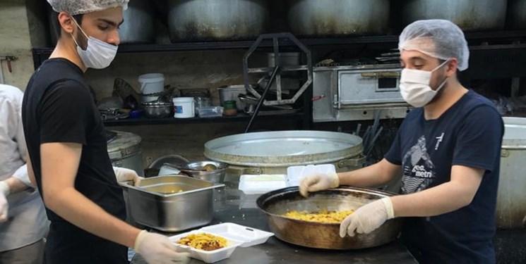 خیریهای که ۱۱۵۰ پرس غذای گرم در گرمخانهها توزیع کرد+عکس