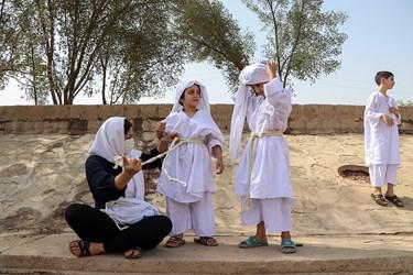 مادر در حال بستن (ادرابشا) که از شصت نخ پشمی به صورت 60 بندی استفاده می شود که به شصت بندی معروف است