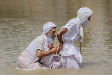 آیینهای مذهبی مندایی، با نیایش رسمی عالمان مذهبی آنها همراه بوده و این آیینها مهمترین حلقه پیوند آنها با زندگی روزمرهشان است