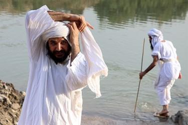 منداییان لباسهای بلند سپید با الیاف پنبه و کتان میپوشند و تراشیدن موی بدن و صورت و سر را جایز نمیدانند، به همین خاطر مردان مندائی سبیل و ریشهای بلند دارند و عمامه سفیدی روی سرشان میگذارند