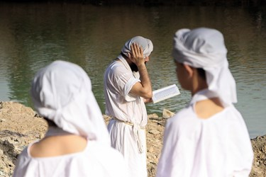 خواندن دعا و نیایش منداییان در کنار رودخانه
