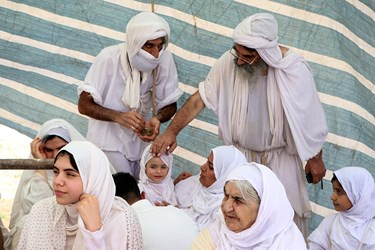 دادن پهثا (نان مقدس) به تعمید شوندگان