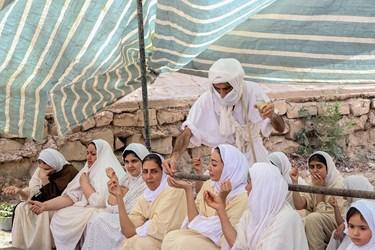 دادن ممبوها (آب مقدس )  به تعمید شوندگان توسط روحانی