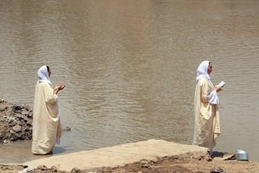 منداییان در حال خواندن دعا در کنار رودخانه