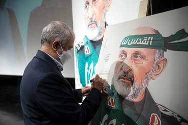 امضاء لوح یادبود مراسم اربعین سرلشکر شهید سید محمد حجازی توسط سعید اوحدی رییس بنیاد شهید و امور ایثارگران