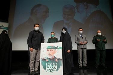 اهدای لوح یادبود مراسم اربعین سرلشکر شهید سید محمد حجازی به فرزندان شهید در پایان مراسم