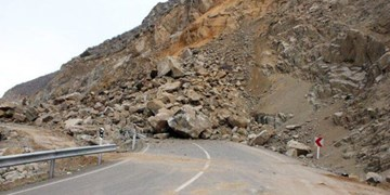 انسداد یکساعته محور هراز به دلیل ریزش کوه/ بارش برف و باران در محورهای هراز و فیروزکوه