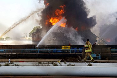 امکان سرایت آتش به سایر مخازن بسیار زیاد بود ولی نیروهای آتش نشانی با عملیات چند جانبه همراه با آب و کف موفق به کنترل شعلههای آتش شدند.