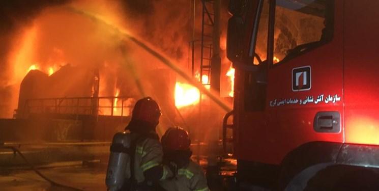حضور آتش نشانان کرجی در عملیات اطفای حریق پالایشگاه تهران