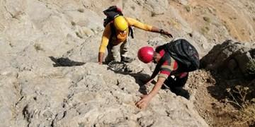 نجات پسر 17 ساله گرفتار در ارتفاعات کوه صفه اصفهان
