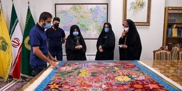 «بافت و وقف فرش» سنت ارزشمند یک خانواده/ پانزدهمین فرش به حرم امام رضا (ع) اهدا شد