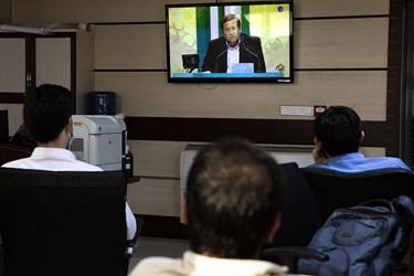 تعدادی ازخبرنگاران خبرگزاری فارس مشغول تماشای دومین مناظره انتخاباتی 7 نامزد سیزدهمین دوره انتخابات ریاست جمهوری هستند.