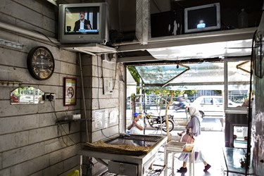 پخش  دومین مناظره انتخاباتی 7 نامزد سیزدهمین دوره انتخابات ریاست جمهوری از تلویزیون یک نانوایی در خیابان ولیعصر