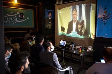 تعدادی از جوانان در ستاد تبلیغاتی سید ابراهیم رئیسی مشغول تماشای دومین مناظره انتخاباتی 7 نامزد سیزدهمین دوره انتخابات ریاست جمهوری هستند.