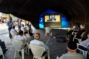 عده ای از مردم در جایگاه مخصوص پخش برنامه مناظره در سبزه میدان زنجان، مشغول تماشای دومین مناظره انتخاباتی 7 نامزد سیزدهمین دوره انتخابات ریاست جمهوری هستند.