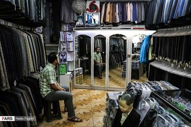 پخش  دومین مناظره انتخاباتی 7 نامزد سیزدهمین دوره انتخابات ریاست جمهوری در یک فروشگاه پوشاک مردانه در مشهد