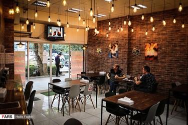 پخش دومین مناظره انتخاباتی 7 نامزد سیزدهمین دوره انتخابات ریاست جمهوری از تلویزیون یک رستوران در خیابان سعدی مشهد