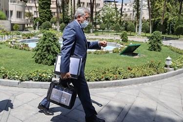 رضا اردکانیان وزیر نیرو پس از پایان جلسه هیأت وزیران  / ۱۹ خردادماه ۱۴۰۰