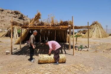 بوریا باف حصیرها را لوله کرده و به کسانی که خانه های عشایری، آلاچیق، کپر و... میسازند، میفروشد.