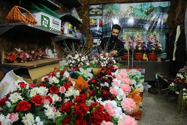 آماده سازی دسته گلها برای گل آرایی ضریح مطهر حضرت معصومه(س) در آستانه میلاد آن بانوی بزرگوار و آغاز دهه کرامت