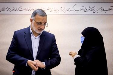 گفتوگوی یکی از بانوان با علیرضا زاکانی نامزد سیزدهمین دوره انتخابات ریاست جمهوری