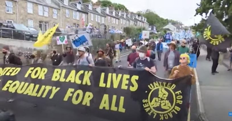 تظاهرات گسترده فعالان انگلیسی در محل برگزاری نشست گروه هفت