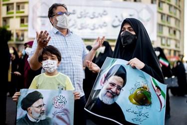قرائت دعای فرج توسط مردم در پایان گردهمایی حامیان رئیسی در میدان ولیعصر(عج)