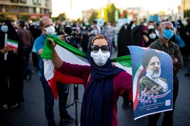 یکی از بانوان حامی رئیسی در گردهمایی حامیان رئیسی در میدان ولیعصر(عج)