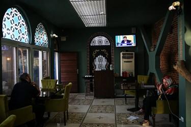 تماشای سومین مناظره انتخاباتی 7 نامزد سیزدهمین دوره انتخابات ریاست جمهوری در کافه زوفا