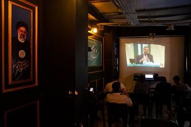 تماشای سومین مناظره انتخاباتی 7 نامزد سیزدهمین دوره انتخابات ریاست جمهوری در ستاد انتخاباتی آیت الله سید ابراهیم رئیسی در پل حافظ