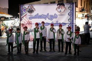 اجرای گروه سرود نوجوانان در میدان انقلاب بندر بوشهر