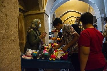 فروش صنایع دستی و خانگی در بازار