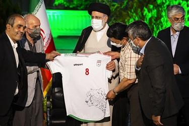 اهدای نمادین پیراهن تیم ملی فوتبال به آیتالله سید ابراهیم رئیسی  توسط ورزشکاران پیشکسوت
