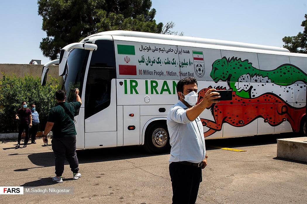 عکس یادگاری هواداران با  اتوبوس حامل اعضای تیم ملی فوتبال ایران بعد از بازگشت از منامه